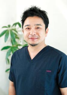 院長/歯学博士 内山偉誠